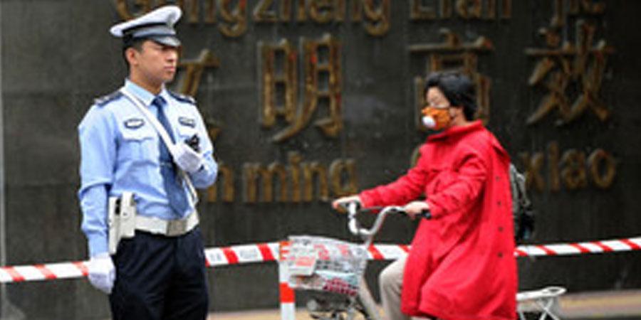 Хятадын хотын захиргааны ажилтан хоёр хүнийг бууджээ