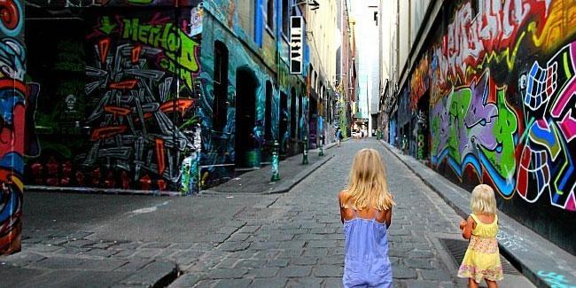 """Мельбурн хотын """"Hosier lane"""" гудамжинд дуучин Укагийн хөргийг зуржээ"""