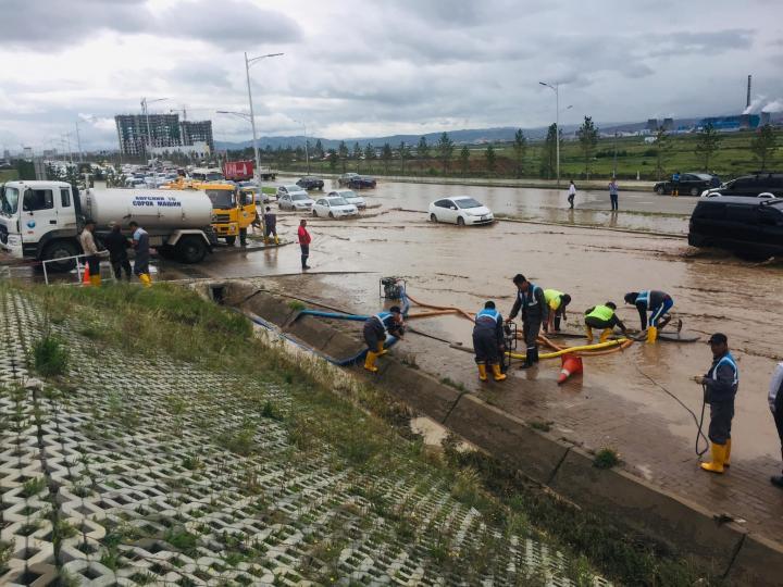 """""""Hunnu mall"""" худалдааны төвийн урдах зам дээр тогтсон усыг соруулж дууслаа"""