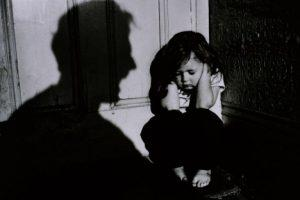 Гурван настай охиноо хүчирхийлдэг байсан эцэгт 17 жилийн хорих ял оноожээ