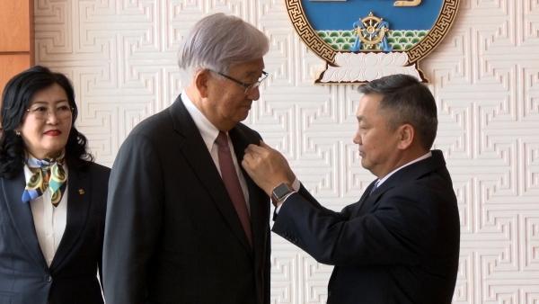 """БНСУ-ын иргэн Шин Ён Сүг """"Найрамдал"""" медалиар шагнав"""