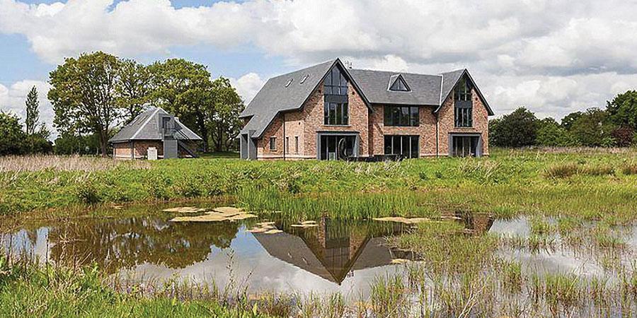 Стерлинг 3.1 сая фунтээр байшин худалдаж авчээ