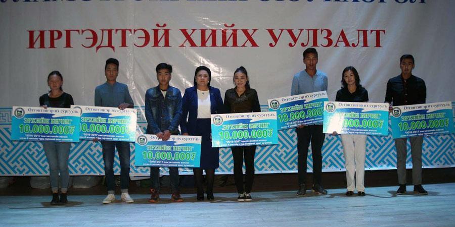 БОАЖ-ын сайд Д.Оюунхорол 12 хүүхдэд үнэ төлбөргүй сурах эрхийн бичиг гардууллаа