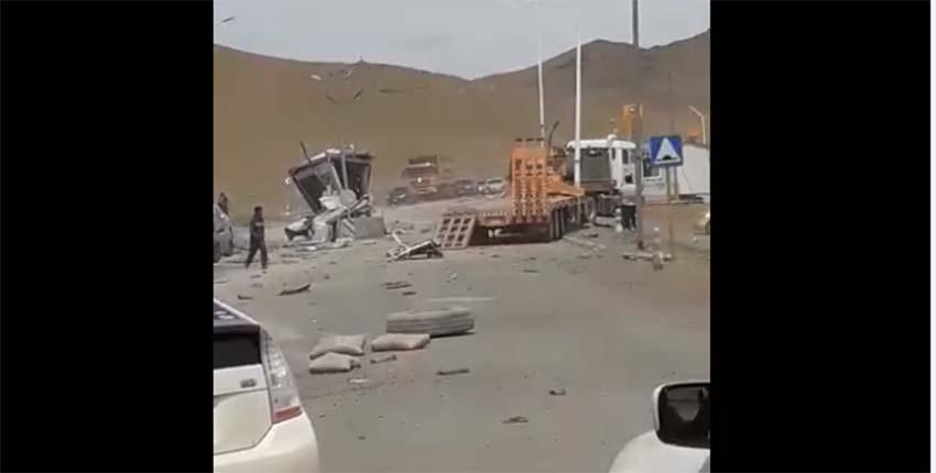 Цeмeнт ачиж явсан автомашин, авто замын төлбөр хураах постыг мөргөсөн ноцтой осол гаргажээ