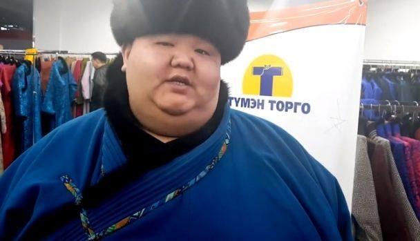 Ноён Бондгор ээжүүдэд монгол дээл бэлэглэж байна