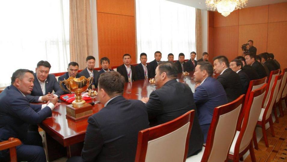 Ерөнхийлөгч Х.Баттулга амжилт гаргасан хоккейн тамирчдыг хүлээн авч уулзлаа