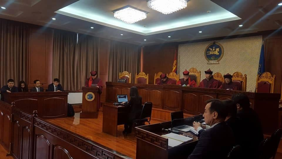 Үндсэн хуулийн цэцийн Дунд суудлын хуралдаан үргэлжилж байна