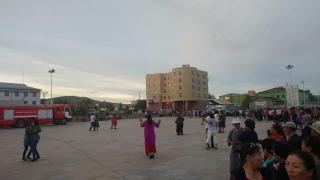 Хөвсгөлчүүд төв талбайдаа нийтээр бүжиглэж байна
