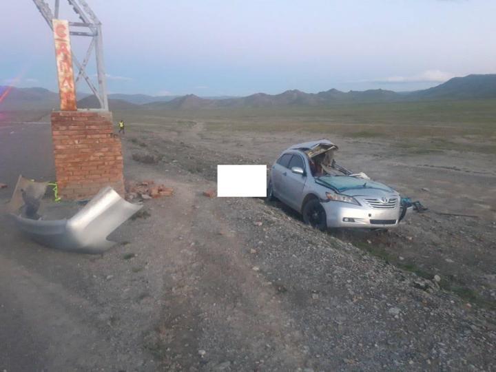 Угтах хаалганы баганыг мөргөсий улмаас жолооч, зорчигч нарын зургаан хүний амь нас алджээ