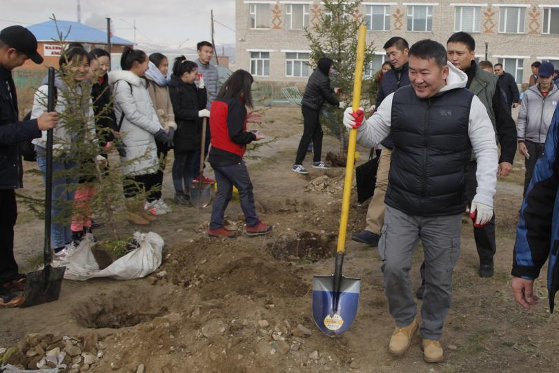 Монгол Улсын Ерөнхийлөгч Х.Баттулга төрөлх сургуулийнхаа гадаа талбайд мод тарив