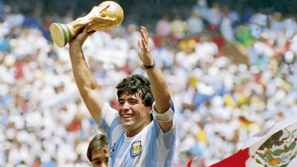 Аргентины алдарт хөлбөмбөгчин Диего Марадона нас барлаа