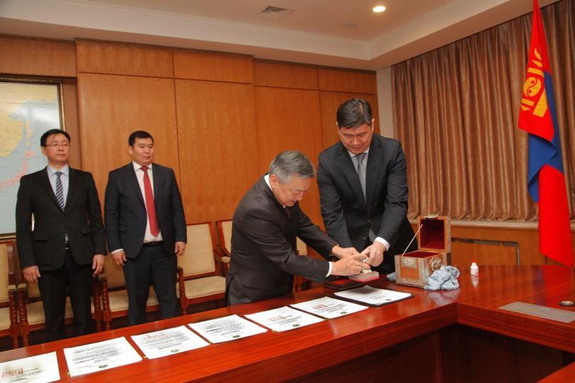 Монгол Улсын хуулиуд дээр Төрийн тамга дарах ёслол үйлдлээ