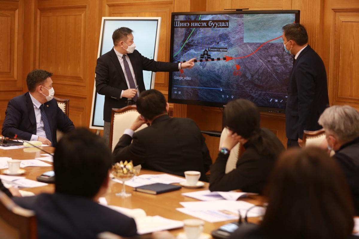 """""""Богдхан төмөр зам"""" төслийг хэрэгжүүлэх ажлын явцын талаар ажлын хэсгийн гишүүд Монгол Улсын Ерөнхий сайдад танилцуулав"""