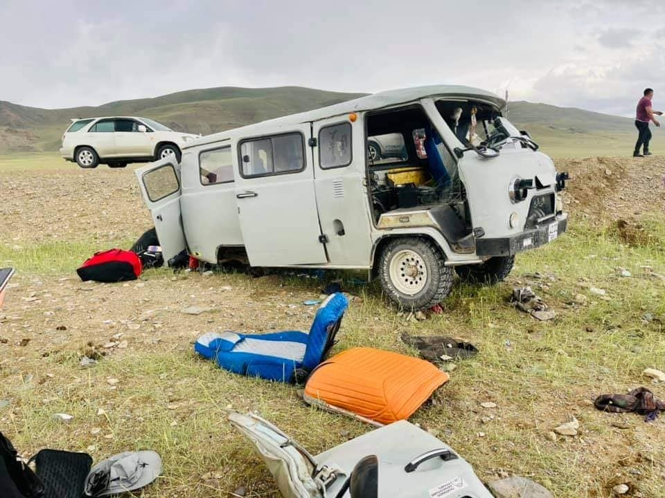 С.Энхтөр: Засмал дээр машины дугуй салж, машин бүтэн 3 эргэж замын хажууруу унан бидний амь нас эрсдэлгүй өнгөрлөө