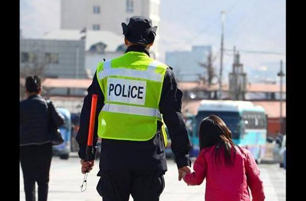Олон нийтийн цагдаа бүсгүй хоёр хүүхдийн амь аварлаа