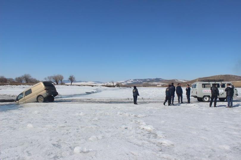 Бага насны хүүхдүүд сууж явсан автомашин мөсөнд цөмөрчээ