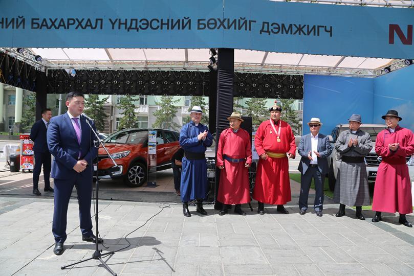 Шинэ аварга П.Бүрэнтөгсөд NISSAN PATROL Y62 автомашин гардууллаа