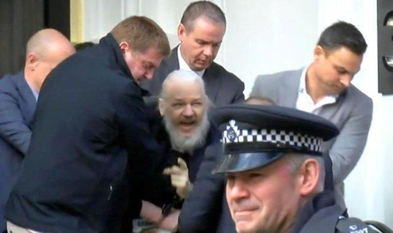 Жулиан Ассанжийг баривчилсан бичлэг