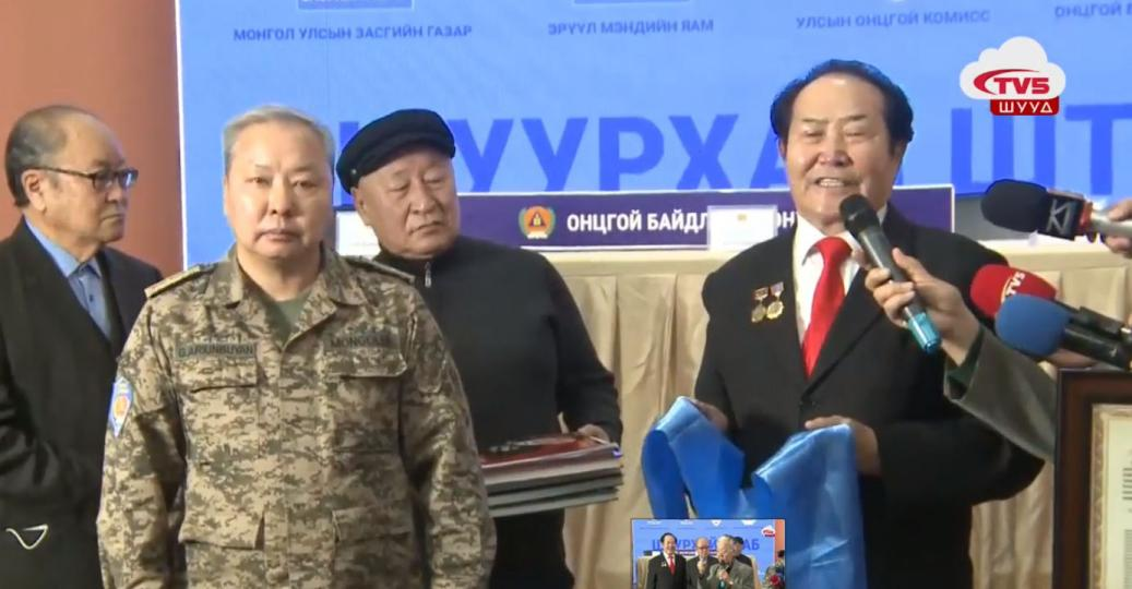Монгол Улсын 70-96 насны ардын цолтнууд УОК-т хандив өгч байна