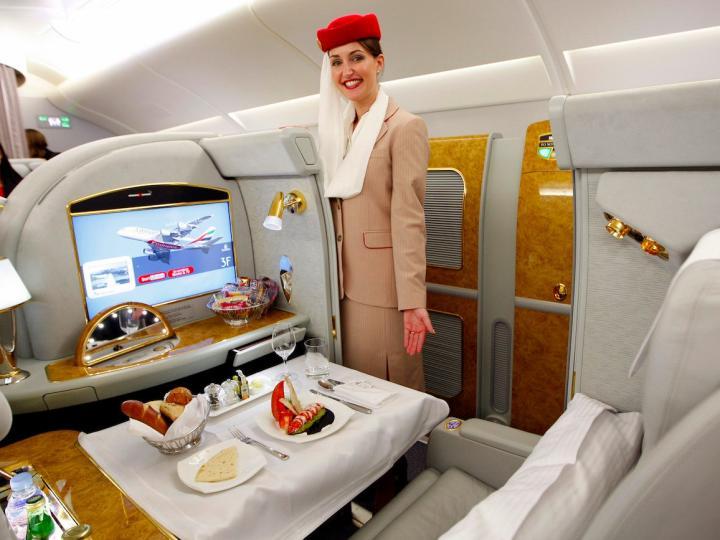 Арабын Эмиратын Дубай-Москва чиглэлийн онгоцны бизнес ангиллын суудалд сууж буй зорчигчид үйлчилж байгаа нь