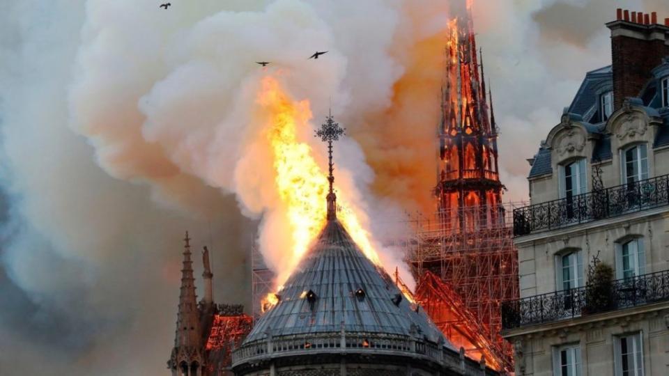 Алдарт Парисын дарь эхийн сүм галд өртжээ