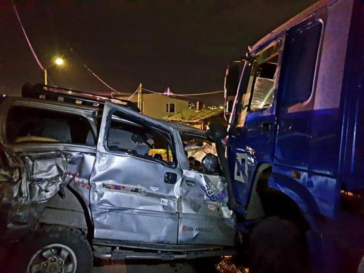 Зуурмагийн миксер 13 автомашинтай мөргөлдөж, 5 хүн гэмтсэн ноцтой осол гарчээ