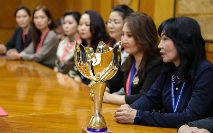 Монголын үсчин, гоо сайханчид дэлхийн аваргаас алтан цомтой иржээ