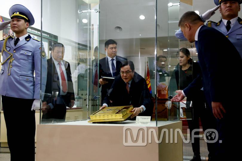 Үндсэн хуулийн уг эхийг Монгол төрийн түүхийн музейд заллаа /ФОТО/