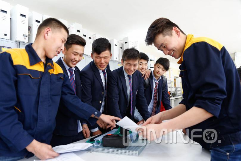 """Монгол ур чадвартанг """"үйлдвэрлэдэг"""" коллежоос сурагчид мэргэжлээ сонгов"""