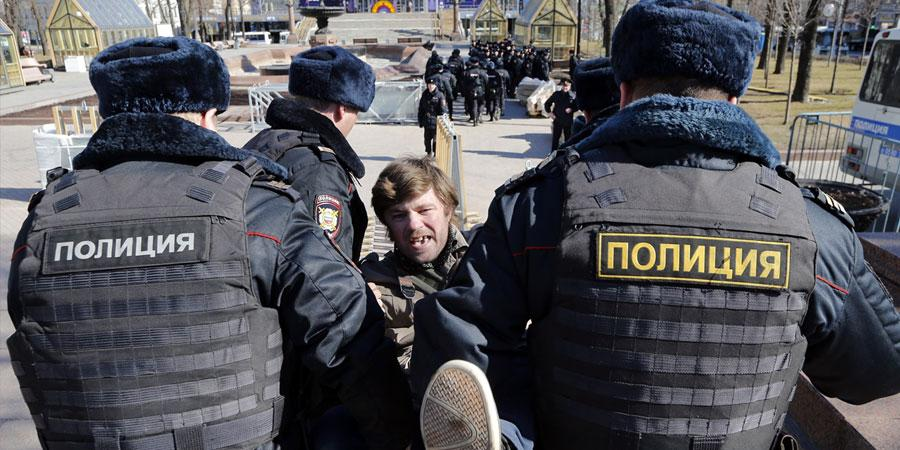 В.Путины эсрэг жагсаалд оролцсон 900 гаруй хүн баривчлагдлаа