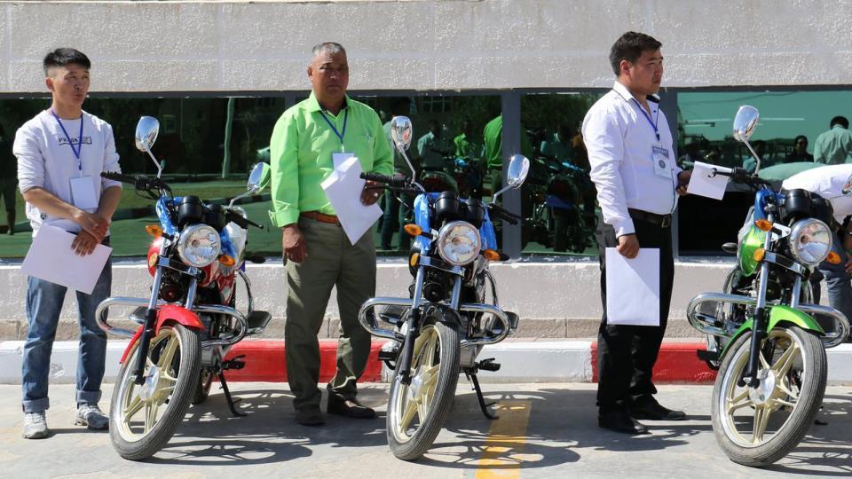 Дорноговь аймгийн багийн дарга нарт мотоцикль өгчээ