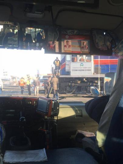 Галт тэрэгний урдуур машин орж дайруулсан ноцтой осол гарлаа