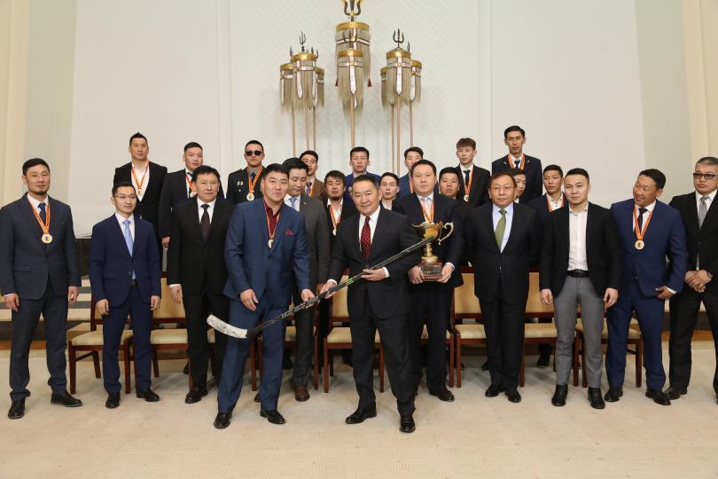 Ерөнхийлөгч Х.Баттулга Азид амжилт гаргасан хоккейн тамирчдыг хүлээн авч уулзав