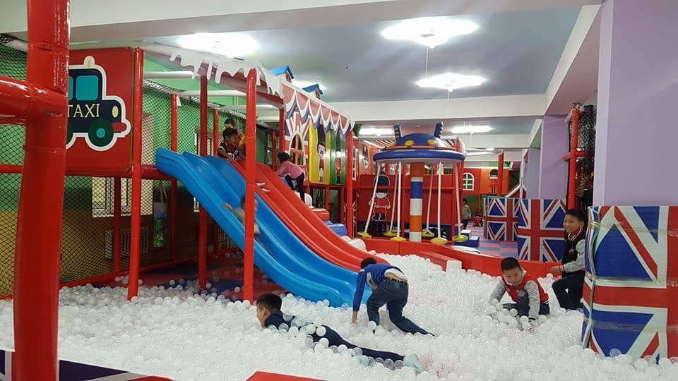 Дуучин Л.Солонго хүүхдийн тоглоомын газар нээжээ
