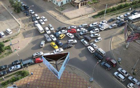 Түгжирсэн уулзвар руу орж бусад тээврийн хэрэгслийн хөдөлгөөнд саад учруулж буй явдлыг таслан зогсооно
