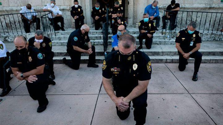 Миами хотын цагдаа нар тэмцэгчдээс өвдөг сөгдөн уучлалт гуйлаа