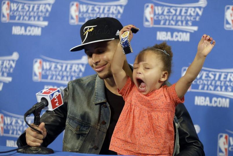NBA-ийн тоглогчдын хүүхдүүд хэвлэлийн бага хурал дээр
