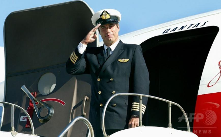 Жүжигчин Жон Траволта онгоцоо музейд хандивлажээ