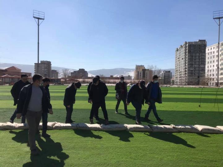ФОТО МЭДЭЭ: Иж бүрэн тохижилттой хөлбөмбөгийн талбайн ажлын явцтай танилцлаа