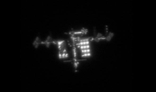 Гэрэл зураг сонирхогч америкийн иргэн гэрийнхээ цонхоор олон улсын сансрын станцыг зургийг даржээ