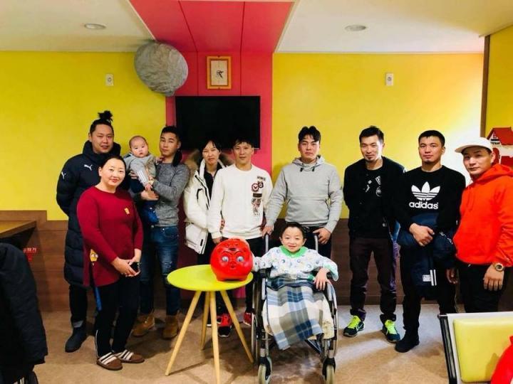 Солонгост ажиллаж, амьдардаг залуус хүнд өвчтэй хүүд тусалжээ